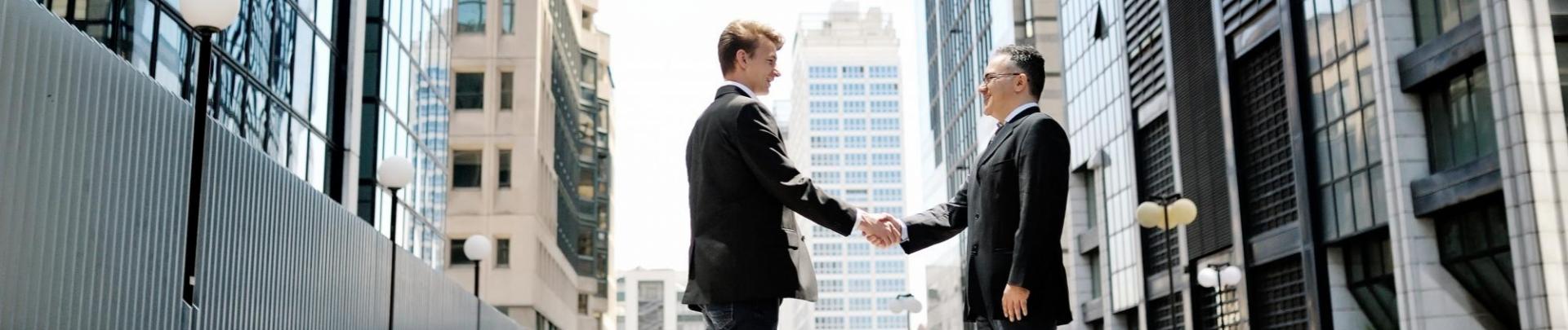 Twee mannen geven elkaar een hand